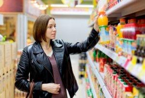 Klant in supermarkt tijdens beslismoment in de customer journey